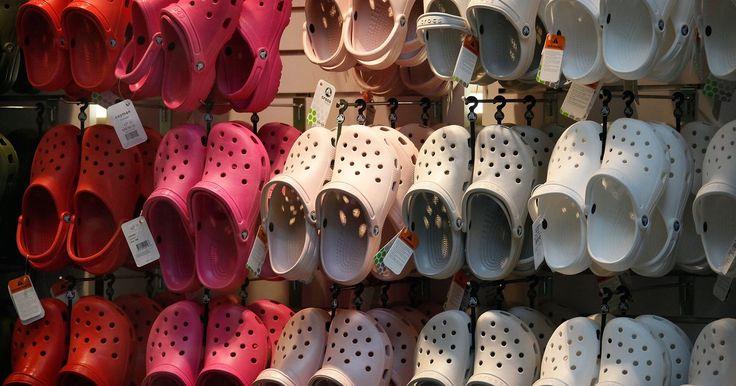 Cómo limpiar, lavar y desodorizar Crocs y sandalias de goma. Los Crocs y las sandalias de goma son zapatos cómodos para usarse en el verano, pero pueden empezar a heder por el sudor de los pies. El fabricante de Crocs advierte que sus zapatos no pueden limpiarse en una lavadora o un lavatrastes debido a que el calor puede hacer que el zapato se encoja o se pandee. La compañía recomienda lavarlos a mano con ...
