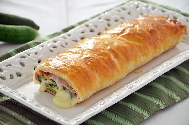 Lo strudel prosciutto scamorza e zucchine è semplice e gustoso. Lo strudel salato è perfetto per un buffet e può essere preparato con tante farce diverse.