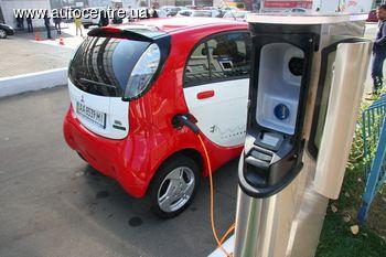 Возле автосалона дилера Mitsubishi в Киеве «Нико-Украина» появилась зарядная станция для электромобилей, рассчитанная на одновременную зарядку двух машин.