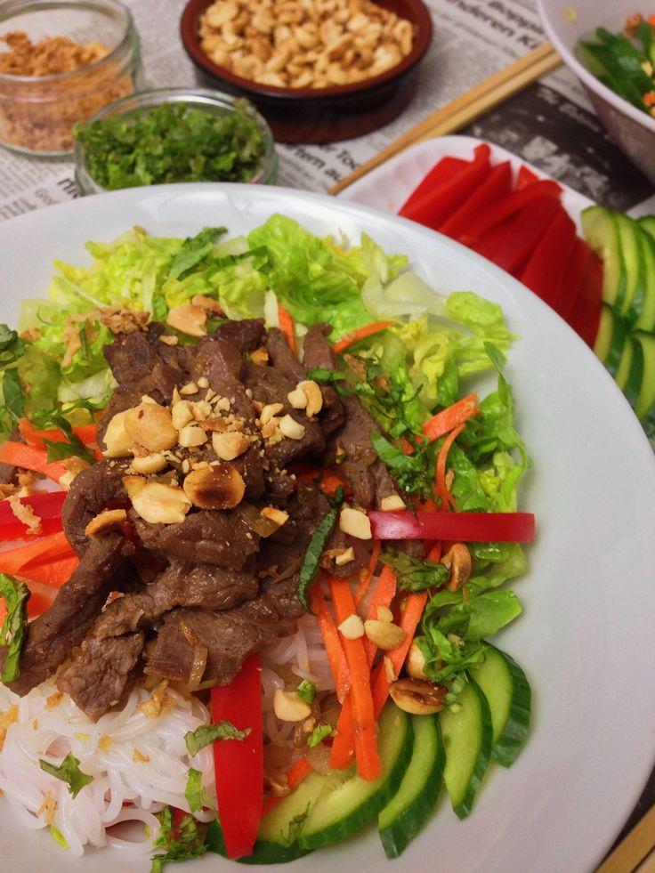 Bun Bo Nam Bo – vietnamesischer Reisnudelsalat mit gegrilltem Rindfleisch