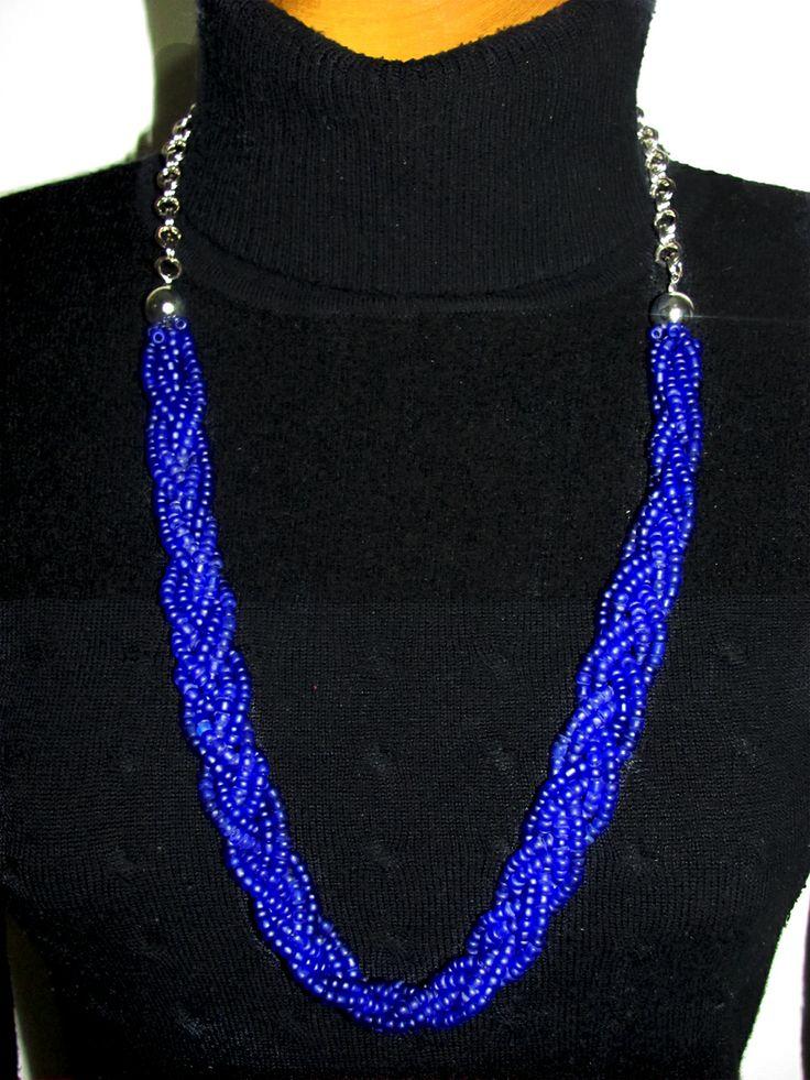 Collar trenzado elaborado en chaquiras hielo, color azul