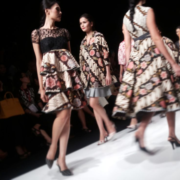 "Para model Edward Hutabarat dengan tema make-up Colour Crush ""Sixteen"" @The Body Shop Indonesia #TBSforJFW2014 | Day #3"