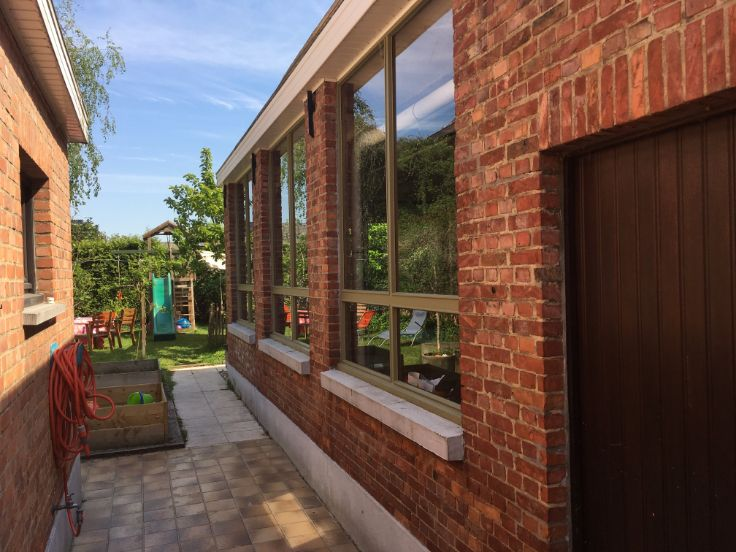 #huistekoop Ruime instapklare woning met zeer veel mogelijkheden in rustige, groene buurt langs de Schelde: 375 m², 3 slaapkamers, 2 recent geïsoleerde zolderruimtes (die als extra badkamer of slaapkamer kunnen worden ingericht), kelder, ingerichte keuken, onderhoudsvriendelijke ingesloten tuin, aanpalende polyvalente werkruimte (met veel daglicht) en ruime garage (+ 3 wagens). Ideaal voor combinatie wonen - werken of duo-woonst.
