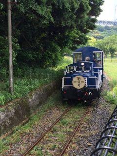 門司港の観光トロッコ列車潮風号です 九州鉄道記念館と関門海峡めかり駅の間の2キロの区間を時速15kmで走ります 実は日本一距離が短く日本一遅いトロッコ列車なんです 牽引するディーゼルカーは南阿蘇鉄道で使用されていたもの客車は島原鉄道で使われていたものだそうですよ( 名前の通り潮風が心地いい列車なのでぜひ乗ってみてくださいね tags[福岡県]