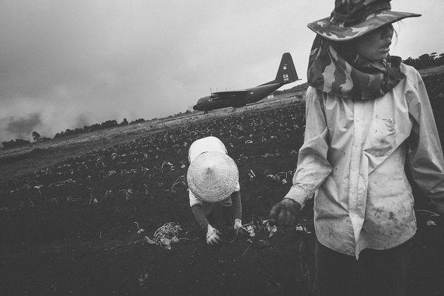 """""""Vietnam Modern Times"""" fotos por Aaron Joel Santos. Construir con la energía de la mente que busca el olvido, construir desde la desgracia del pueblo herido pero levantado con el orgullo del sufrimiento que se ha dejado atrás. Vislumbrar el futuro desde los contrastes de lo rural y la búsqueda de la modernidad. Fotografía documental."""