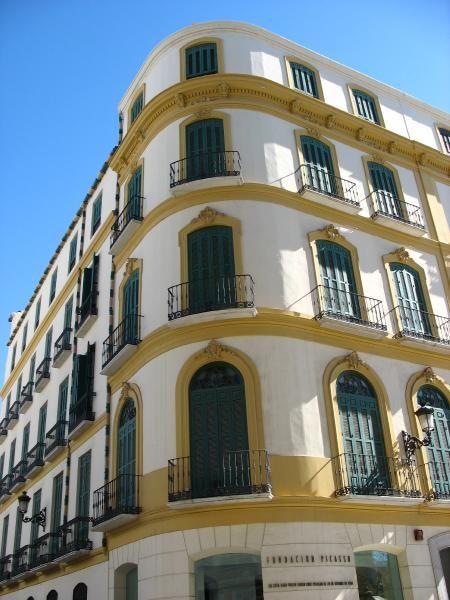 """La maison natale de Picasso expose au premier étage quelques gravures et céramiques de l'artiste. Une salle d'étude du 19e s. a été recréée, comme à l'époque où vivait là la famille Ruiz Picasso. Le reste de l'édifice accueille la fondation Pablo Ruiz Picasso et des expositions temporaires. En 1884, la famille déménage deux maison plus loin, à l'actuel 17 """"plaza de la Merced"""" jusqu'à leur départ en 1891 pour """"Coruna"""".  Maison natale de Picasso 15 """"plaza de la Merced"""" MALAGA- ESPAGNE"""