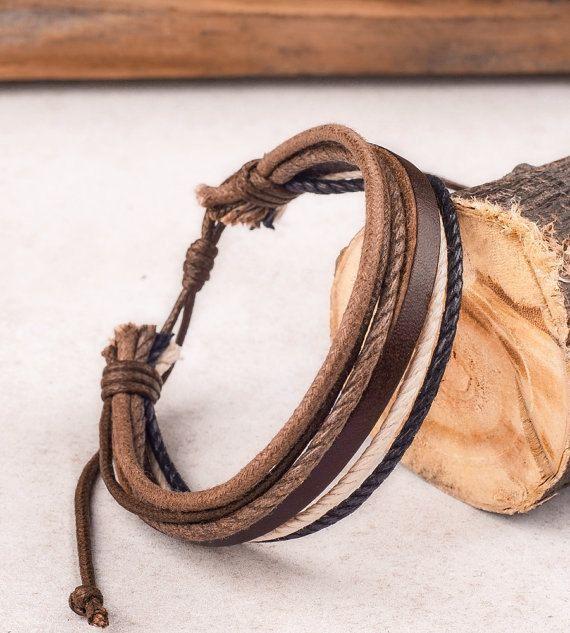 Ce Mens Braclet réglable est fait à la main avec cuir et chanvre Mari ou petit ami cadeau et cadeau de Noël. Les couleurs riches sont élégants et masculin. Couleur: La couleur est comme sur les photos. L'intérieur la circonférence est d'environ 7,25 et s'ouvre à 11.  Voir tous nos cuir individuels Bracelets ici : http://etsy.me/26C940q Notre Page daccueil de magasins : http://etsy.me/1ryKv3S  Nous embarquons normalement dans 1 jour ouvrable. Pendant les vacances et courts séjours, il peut…