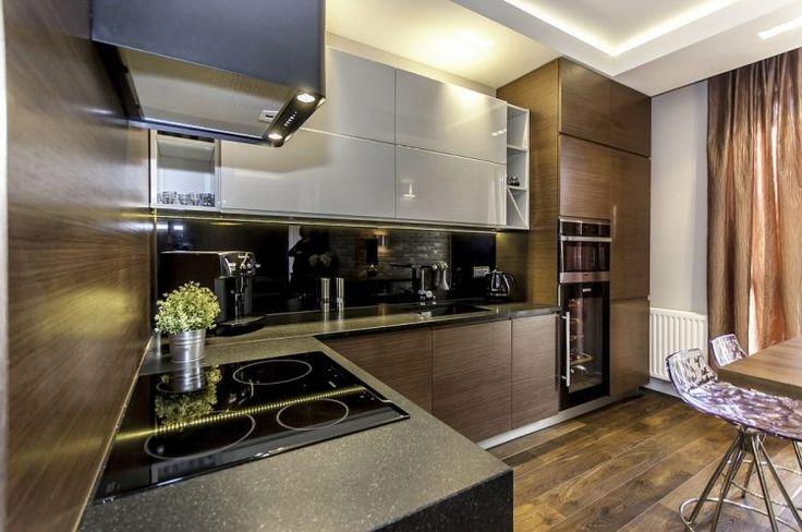 Modern, új társasházi lakás szürke és barna árnyalatokkal
