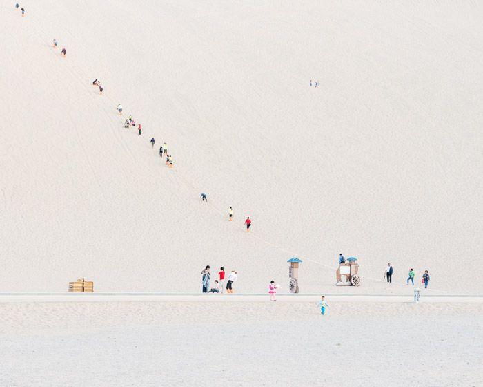 Basé à Budapest, le photographe Bence Bakonyi est allé dans la ville de Dunhuang en Chine qui est située au bord du désert de Gobi pour y photographier les touristes qui s'y rendent dans des voyages organisés et qui se groupent dans l'immensité uniforme du paysage.