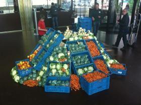 Een groente-piramide voor de Voedselbank | RTV Rijnmond