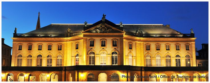 Opéra-Théâtre | Il s'agit du plus ancien opéra-théâtre en activité en France. Construit entre 1738 et 1752 son architecture est typique du 18e siècle. Les statues, représentant les muses et placées le long de la balustrade, sont l'oeuvre du messin Charles Pêtre en 1858.  Découvrez le en venant nous rendre visite :-) !