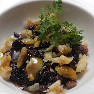 Risoto de arroz negro com bacalhau e castanhas portuguesas.
