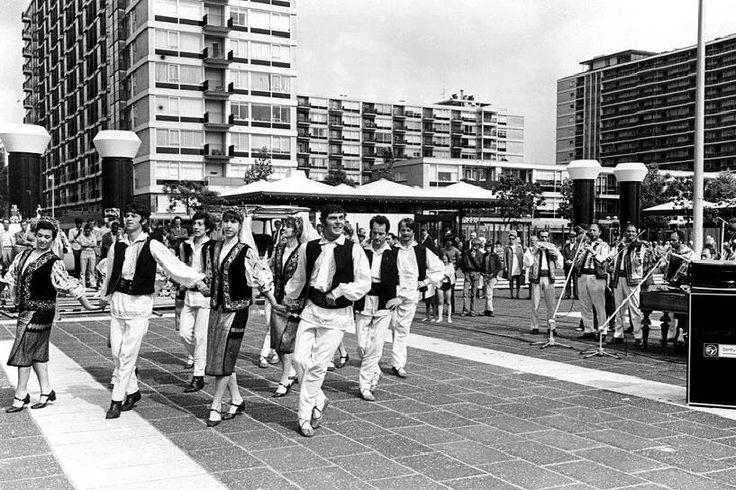 Volksdansen op het Schouwburgplein in 1973.