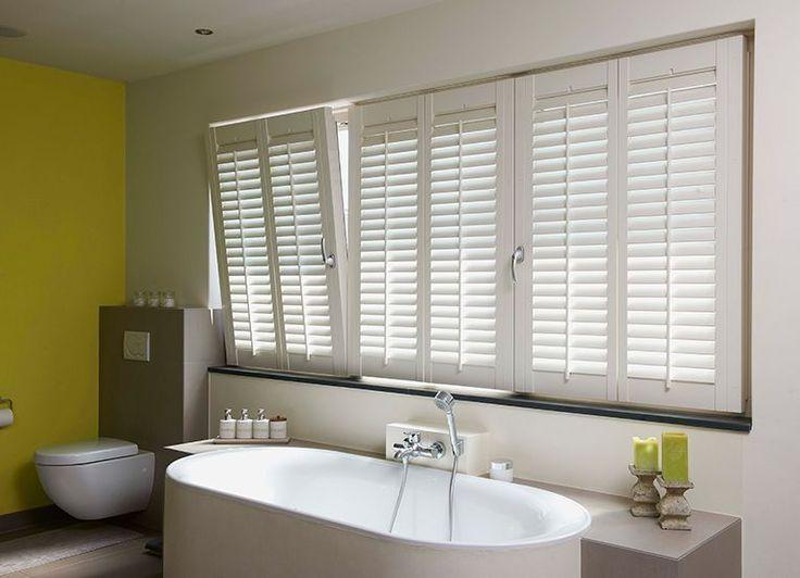 Ook in de badkamer zijn shutters een perfecte oplossing #debinnenhuisadviseurs #raamdecoratie #badkamer #interieurinspiratie