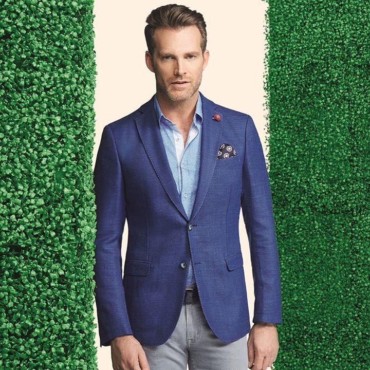 """Lacivert örme """"blazer"""" ceket, gök mavisi gömlek ve gri chino pantolondan oluşan stil, rahat-şık takım elbiseli günler için iyi bir alternatif oluyor. #hatemoglu #menswear #ootd #look #stylish"""
