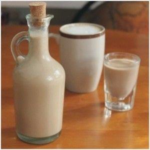 Liquore Baileys fatto in casa, ricetta Bimby. Ingredienti: 1/2 litro di latte intero, 3 tuorli, 80 gr di cioccolato fondente, 30 gr di cioccolato bianco, 300 gr di zucchero