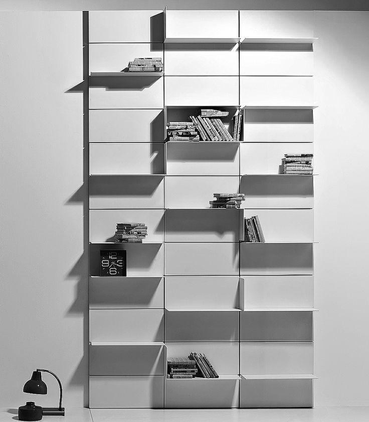 Per un salotto essenziale ma di grande effetto punta sui contrasti black and white. Dalla lampada alla poltrona, dalla libreria al tappeto