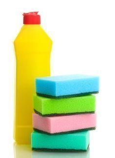 DETERGENTE CASEIRO - Ingredientes: dois litros de água / 250 gramas de sabão em barra neutro (ralado) / duas colheres de sopa de bicarbonato de sódio / duas colheres de sopa de suco de limão. Como fazer? Aqueça a água, adicione o sabão e mexa até dissolver. Depois de fria, acrescente à solução o bicarbonato e o suco de limão. | Como age? A mistura do ácido cítrico do limão ao bicarbonato forma citrato de sódio que, em contato com a água, eleva o pH e potencializa a ação desengordurante do…