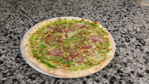 Pizza crème de roquette, pancetta et noix.