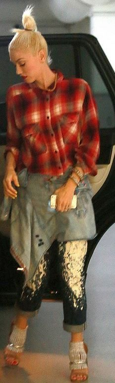 Who made  Gwen Stefani's white paint splatter jeans, sandals, sunglasses, and black handbag?