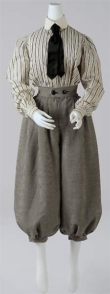 fig.: Female costume for cycling (Radfahrkostüm), ca. 1900. Photo: Christin Losta. Copyright: Wien Museum.