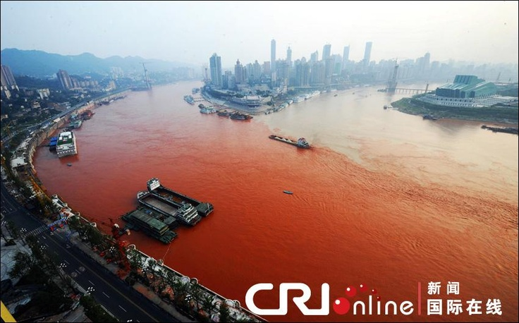 The waters of the Yangtze  river near Chongqing municipality in central China have taken on a bright red hue. (Source: CRI)