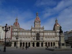 La plaza de María Pita es la más importante de A Coruña, el equivalente a la Puerta del Sol en Madrid. Está situada en el norte, justo antes de la ciudad vieja, al final de la avenida de la Marina. Es un lugar con mucho ambiente, sobre todo los fines de semana, y en ella podrás comer o tomar