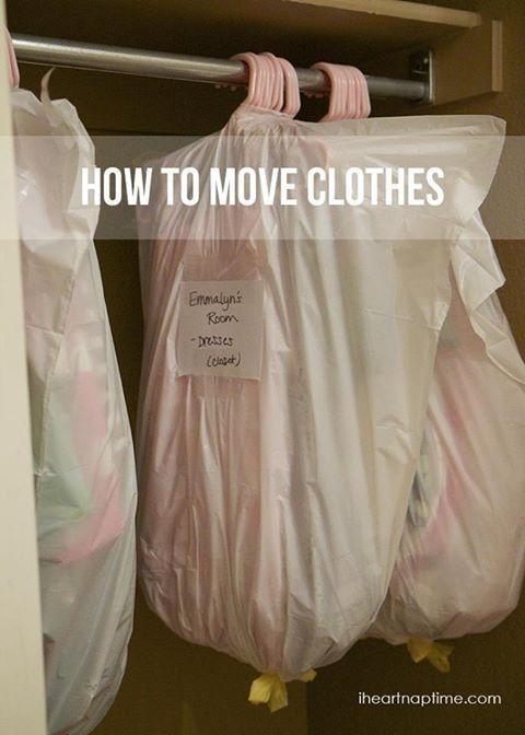 Gebruik een vuilniszak met treksluiting als kledingzak.   Als je gaat verhuizen kan je er een aantal kledinghangers tegelijk in doen. En om je nette kleding te vervoeren kan je die vouwen door de treksluiting ook om de kleerhanger te doen.