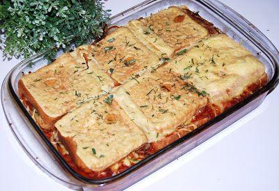 Szybka, smaczna zapiekanka tostowa z mięsem mielonym drobiowym.  Po upieczeniu pięknie się kroi na równe kawałki. Dodatkowo można podać pola...