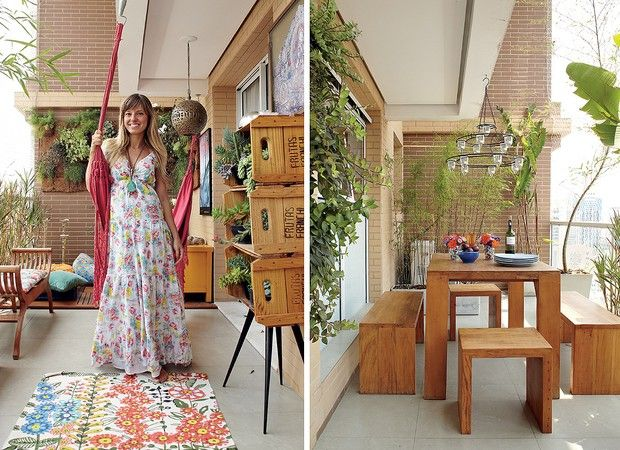 Na varanda, sobre o tapete da Urban Outfitters, Adriana Gama brinca com a rede. O pendente eocandelabro são da Ethnix e os móveis são da Portal da Lua Cheia. As plantas foram escolhidas por ela, que as comprou na Ceagesp, em São Paulo (Foto: Victor Affaro)