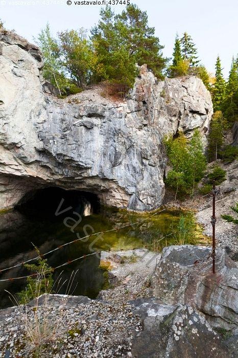 Ahvensaaren luola - Ahvensaari Kirmo Kirmon niemi kalkkikivilouhos louhittu louhos luola luolan suuaukko vanha Paraisten Kalkkivuori kirkas piikkilanka piikkilanka-aita vesi