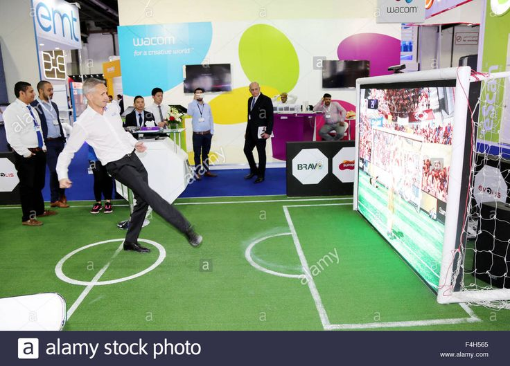 Download this stock image: Dubai. 18th Oct, 2015. A visitor plays a virtual soccer game during the annual Gulf Information Technology Exhibition (GITE…
