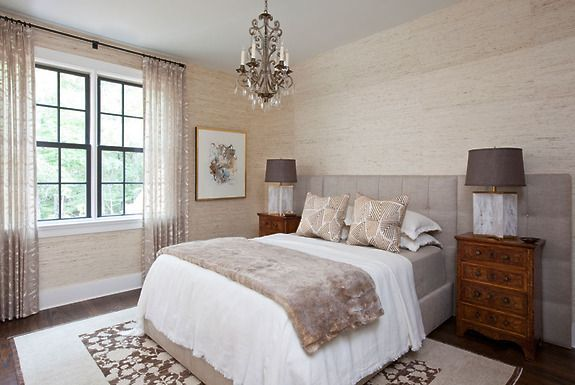 Ciepła i naturalna sypialnia z użyciem naturalnych oklein ściennych (tapet) Extra Fine Arrowroot kolor Feather.
