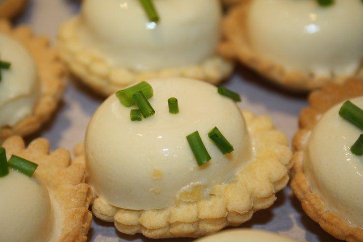 Ingrédients: -1 sachet de gelée de madère -4 œufs durs -2 boites de petites asperges (picnic) -2 cuillerées a soupe de mayonnaise -2 cuillerées a soupe de crème fraiche Préparation: Pour préparer ...