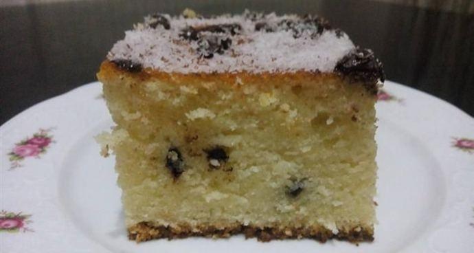 Κοινοποιήστε στο Facebook Δεν θέλει καν μίξερ!! Υλικά 3 κούπες αλεύρι για όλες τις χρήσεις 1 κούπα σιμιγδάλι ψιλό 2 κούπες ζάχαρη 1 1/2 κούπα καλαμποκέλαιο 1 κούπα καρύδα τριμμένη 1 κούπα χυμό πορτοκάλι 1 φακελάκι μπέικιν ξύσμα από 2...