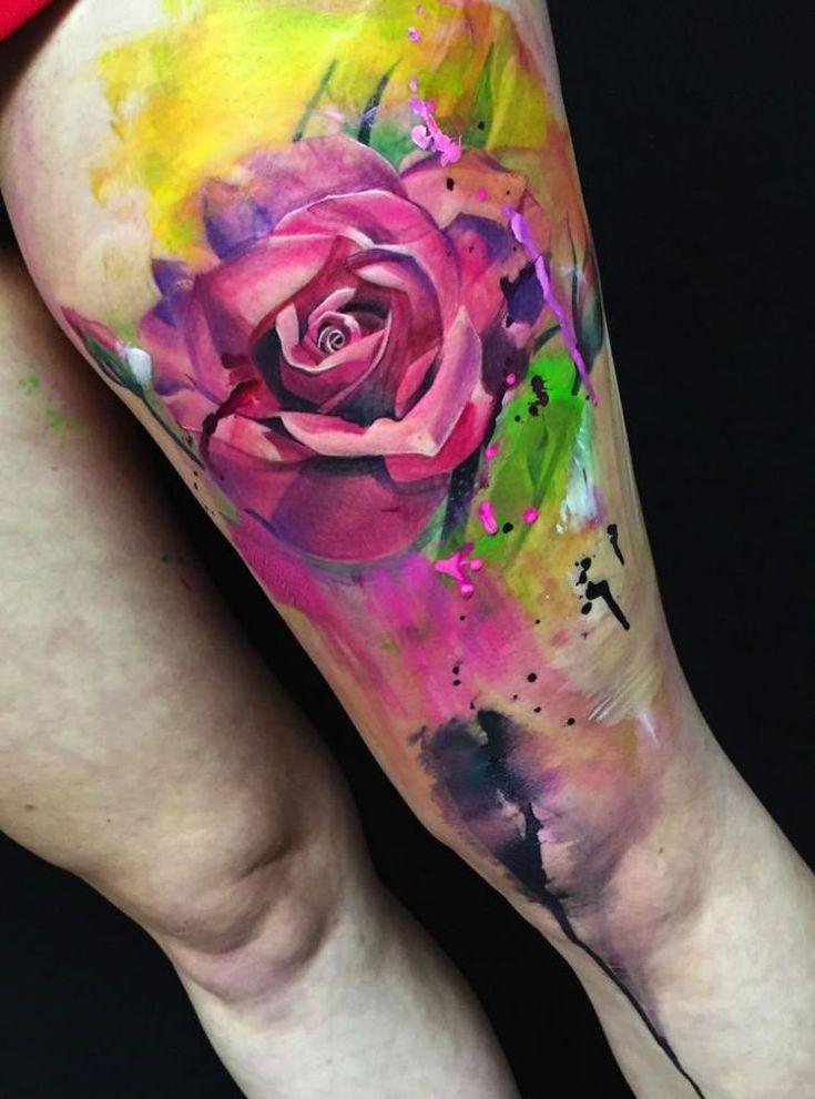 piekna róża tatuaż na udzie