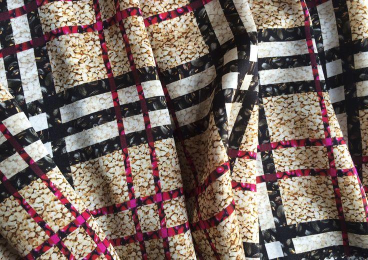 Progetto fashionend.food di STRATEGIC-DESIGN. Seta con Tartan di grano saraceno e fagioli rossi e neri