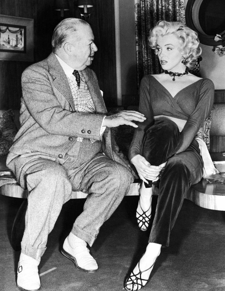 """1953 """"Gentlemen prefer blondes"""" (Les hommes préfèrent les blondes) de Howard HAWKS (photos du film, et notamment de Marilyn et Natasha LYTESS son professeur d'Art Dramatique) / COMMENTAIRE / Le choix de HAWKS de ne pas faire de scènes musicales au cours de la traversée est plutôt intéressant, laissant ainsi plus de place à l'intrigue (phénomène assez rare dans une comédie musicale de l'époque) et à la comédie. Cette pause permet également de faire ressortir le numéro suivant, où l'on…"""