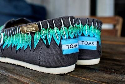 I love the bright colored feathers on these!