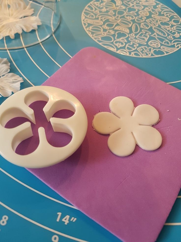 1. Cut out thinly rolled flower paste using rose petal cutter
