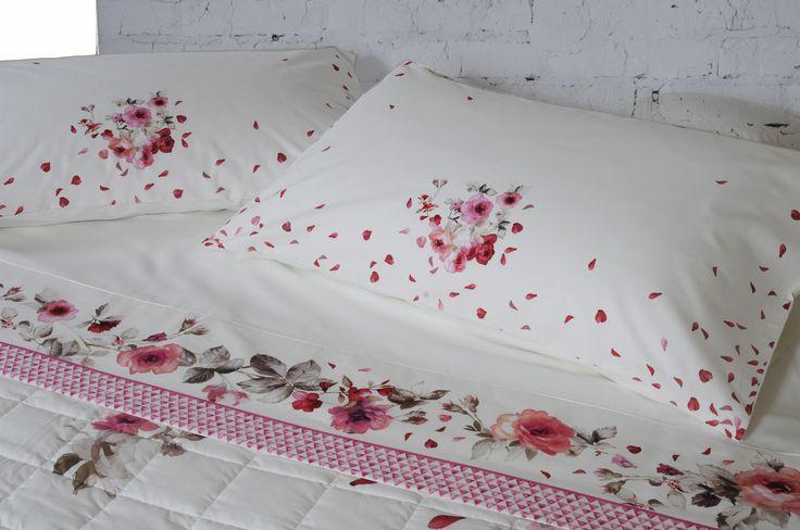 Copriletto trapuntato e lenzuola coordinate: Vie en Rose nella variante in rosa. Il lenzuolo sopra con bordo applicato di cm. 250x290 e il lenzuolo sotto con angoli di cm. 175x200+25 Le  2 federe a sacco stampate di cm. 50x80 danno un tocco raffinatezza Composizione: 100%percalle di cotone