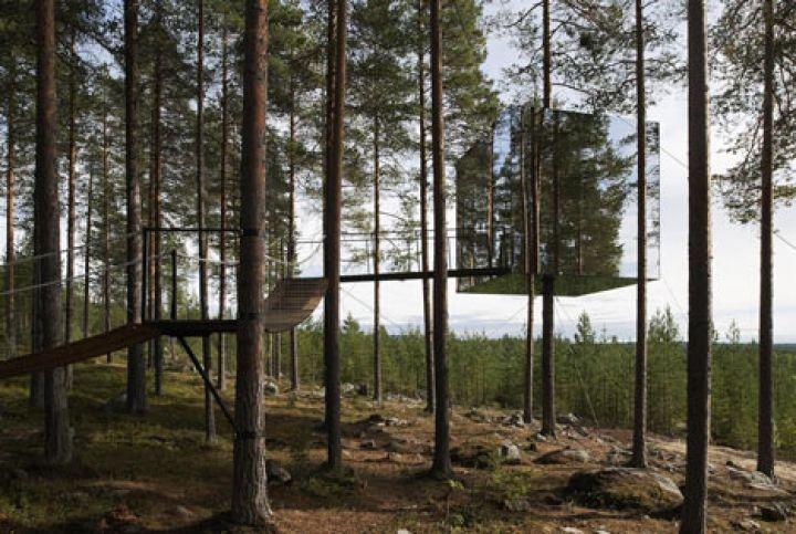 Ecco alcune fotografie delTree Hotel diTham & Videgård Arkitekter , una scatola di vetro aspecchio sospesa intorno al tronco di un albero in Harads, nel nord della Svezia. cubo di 4x4x4 metri è accessibile dal ponte di corde e riflette la foresta circostante e il cielo....
