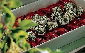 Tomatsalat med krydret ost På kun 15. min. kan du lave denne flotte og lækre tomatsalat med krydret ost, oliven og friske krydderurter