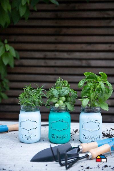 ¡Dale una nueva vida a esos frascos que guardás en casa! Pintalos de tu color favorito, luego dejalos secar y finalmente lijalos en algunos sectores para darle un aspecto antiguo. ¡Listo! Ya podés plantar en tus nuevas macetas. Descubrí las Pinturas Kölor y elegí entre más de 1.500 colores. Pedí el tono que necesitás en nuestros locales, te la preparamos al instante. Plantar, Planter Pots, Jars, Bottles, Favorite Color, Recycling, Plant Pots, Cooking