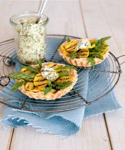 asperge-courgette-taartjes met verse kruidenboter