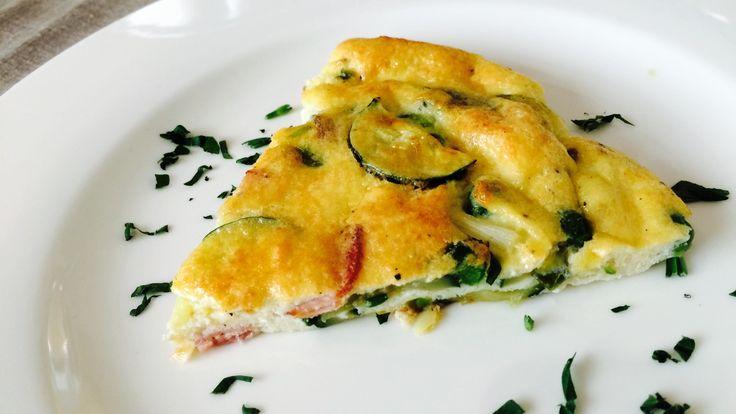 Luxusní snídaně nebo rychlá a uspokojivá večeře ve stylu - co dům dal... To vše umí být frittata. Základem je pár vajec a pak už můžete suroviny volně kombinovat podle toho, co najdete v lednici.     Nadýchaná vaječná omeleta, která se peče v troubě. Frittata se hodí nejen na snídani či k večeři, můžete ji připravit dopředu, nechat vychladnout, nakrájet na kostičky a podávat jako tapas třeba na večírku.  Ve videu jsme použili svěží kombinaci šunky, jarní cibulky, cukety a hrášku, ale v…