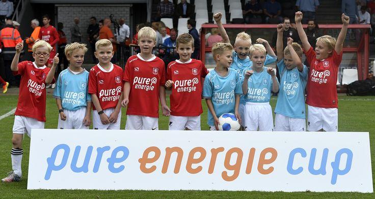 Tijdens de wedstrijd tegen Southampton hebben we de Pure Energie Cup voor de allereerste keer georganiseerd. Bij de Pure Energie Cup krijgen kinderen de kans om in het stadion van FC Twente te voetballen tijdens de rust! Wil je ook een keer mee doen? Wordt dan lid van de FC Twente Kidsclub!