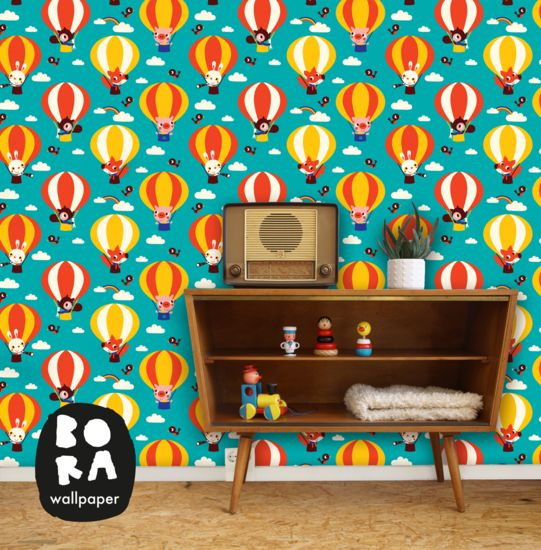Vlieg mee hoog in de lucht met deze vrolijke luchtballonnen. Met het kleurrijke behang van Bora Wallpaper tover je de kinderkamer in één klap om tot een waar paradijs. Verkrijgbaar bij De Oude Speelkamer.