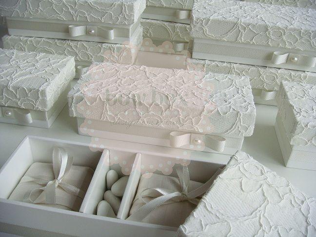 Caixas com a tampa revestida em renda off white para 2 bem casados e amêndoas. A fita de gorgurão na cor off whiue com laço Chanel e 1/2 pér...