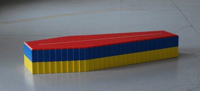 """Um caixão todo feito com peças de Lego, obra de Fernando Arias, é a primeira obra com que os visitantes se deparam ao visitar """"Cantos Cuentos Colombianos"""", na Casa Daros. A partir dali, instalações, vídeos, fotografias, obejtos, performances e obras acústicas de dez artistas colombianos traçam um panorama da arte produzida naquele país na exposição,...<br /><a class=""""more-link""""…"""